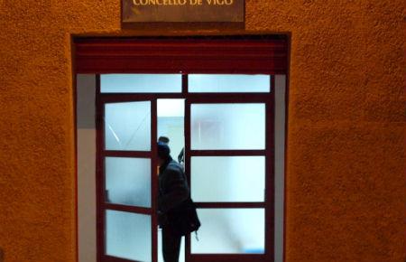 Una persona entra, padas las 9 de la noche en el Pabellón de O Berbés