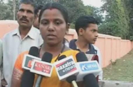 Manati, perpleja, habla con los compañeros de los medios informativos indues