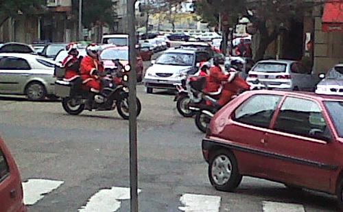 Papa Noël se sube a la moto con el Moto Club Galicia para repartir regalos.