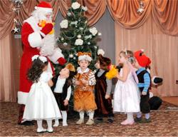 Ded Moroz visita a los niños en casa.