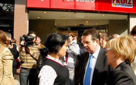 El alcalde habla con una empleada de un supermercado, esta mañana en Pizarro