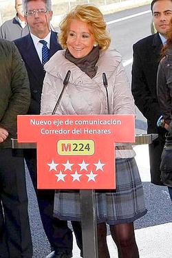 Esperanza Aguirre anunció que tenían que operarla durante un acto.