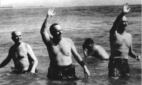 Fraga, ministro de Información y Turismo en 1966, se baña en Palomares con el embajador norteamericano