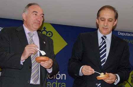 El alcade de As Neves, Raúl Emilio Castro y el presidente de Turismo Rías Baixas, Chema Figueroa, dan cuenta de dos raciones de Requeixo con mel. El día 22, en As Neves, se servirán, más de 6.000 de ellas