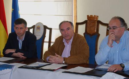 El alcalde de As Neves, Raúl Emilio Castro (en el centro) durante la presentación del Campeonato, junto con el presidente de la Federación Galega de Badminton y el representante de Deporte Galego
