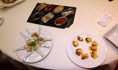 Degustación de delicatessen hechos con conservas.