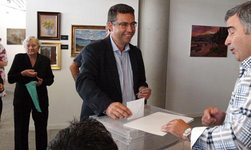 Javier Bas acudió al multiusos de Redondela a votar.