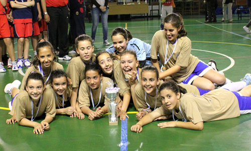 O Carmelitas Ourense arrebatoulle o trofeo ao anfitrión, o Seis do Nadal Celso E. Ferreiro.