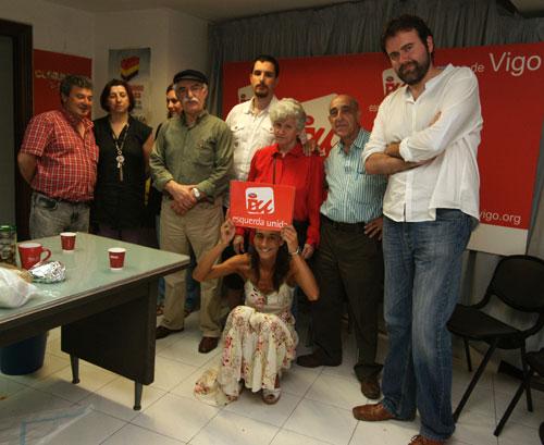 Membros de Esquerda Unida festexan xunto ao candidato o pulo do partido nestas eleccións.