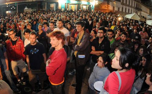 Más de mil personas a las OO horas en la Farola. Fotos: Miguel Núñez.