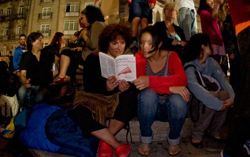 Leyendo 'Indignaos' de Stephane Hessel y José Luis Sampedro. Fotos: Miguel Núñez