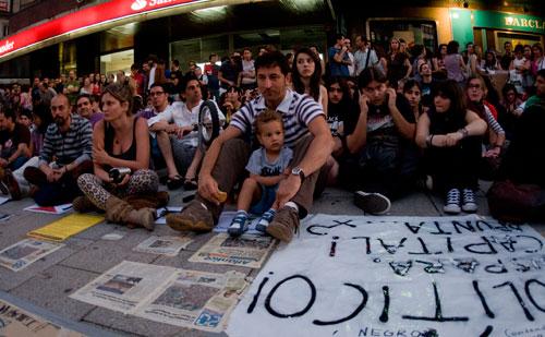 La protesta ha sido pacífica y silenciosa, levantando las manos en lugar de aplaudir para evitar ruido. Fotos: Miguel Núñez