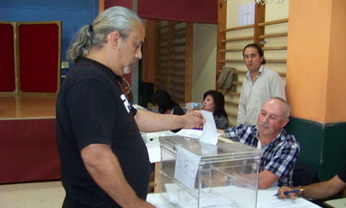 Carlos Leiro, candidato de Os Verdes por Vigo, votando.
