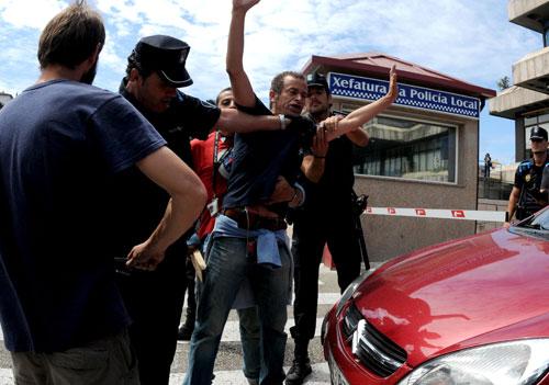 Caballero se encuentra con los 'indignados' tras la investidura. Fotos: Miguel Núñez.