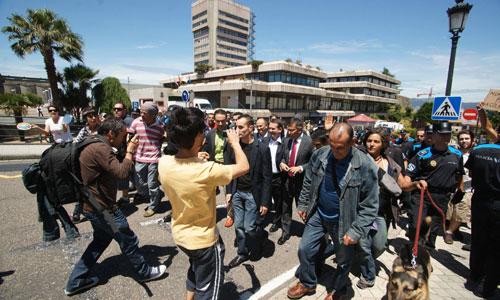 Un grupo de 'indignados' rodearon y acompañaron a Caballero a su salida del Concello.