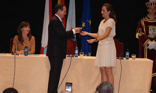 El alcalde recibió el bastón de mando de manos de la concejala más joven, la popular Teresa Egerique.