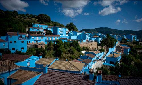 Más de 9.000 kg de pintura para teñir de azul el pueblo pitufo.