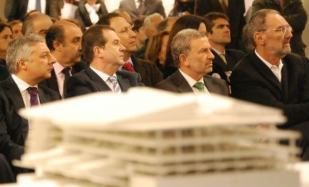 El entonces ministro de Fomento, José Blanco, el alcalde y el arquitecto Thom Mayne, durante la presentación del proyecto de la Estación del AVE, en Vigo