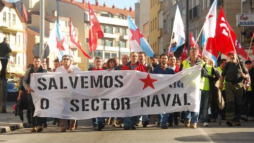 Cabeceira da marcha dos traballadores do Naval que camiñaron de Moaña a Cangas