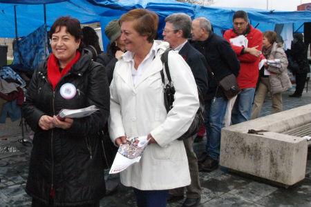 A deputada do BNG, este domingo, na feira de Bouzas, repartindo información sobre a Reforma Laboral do Goberno