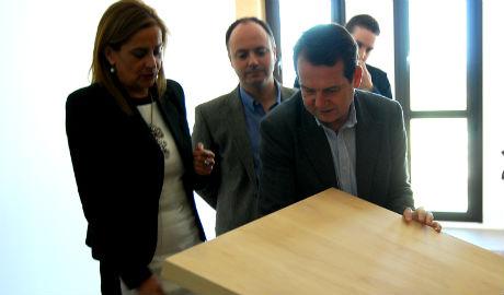 El alcalde, en uno de los pisos, junto con la primera teniente de alcalde y el concelleiro de Fomento