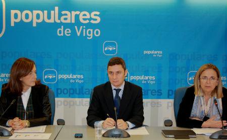 La senadora Elvira Larriba, el secretario general del PP de Vigo, Michel Domínguez, y la diputada Irene Garrido, este sábado