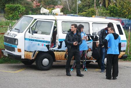 Os actores de 'Vilamor' chegando ao IES de Coruxo na furgoneta da película