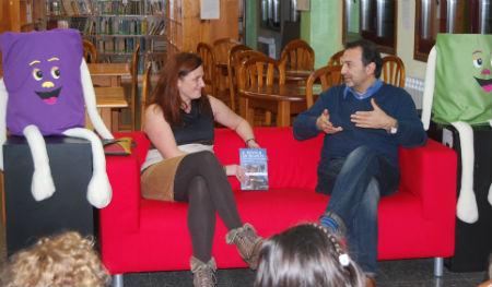 A dona da 'Despensa de Yolanda', Yolanda Santos, presentou ao escritor en Gondomar/Tresyuno Comunicación