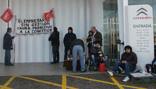 Los trabajadores llevan varias semanas comiendo a las puertas de la empresa a modo de protesta.