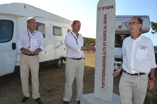Louzán, con el vicepresidente de la Diputación y el alcalde de Baiona, inaugurando el monolito en el Monte da Grova/Tresyuno Comunicación