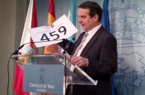 Abel Caballero exhibe un número durante la rueda de prensa de este lunes: es el de becas de inglés que dio el Concello el año pasado:459/Tresyuno Comunicación