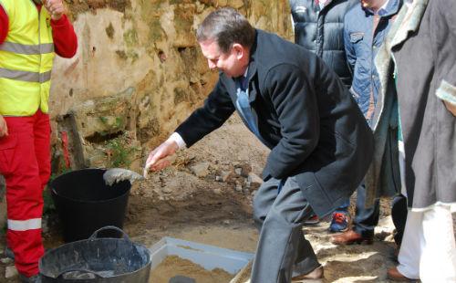 Caballero, con un estilo particular, poniendo cemento en la primera piedra de la rehabilitación de la Casa do Patín, este lunes/Tresyuno Comunicación