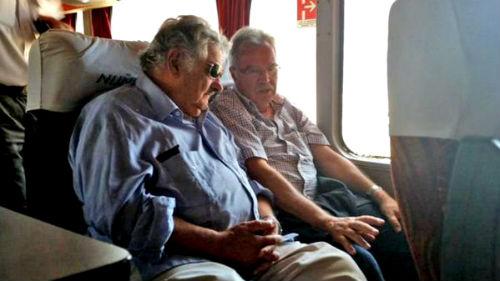 El ex presidente Mujica en el autobús en el que fue a hacer campaña