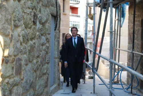 O presidente do Goberno galego chegando á nova Oficina de Notificacións e Embargos, na rúa San Sebastián/Tresyuno Comunicación