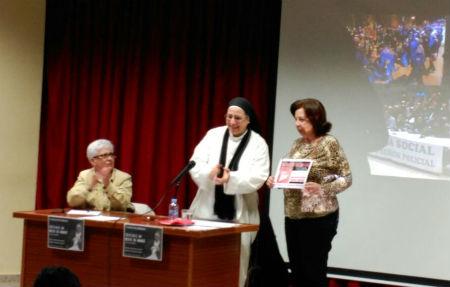 Con una representante del Colectivo de Enfermos de Hepatitis C de Vigo/Tresyuno Comunicación