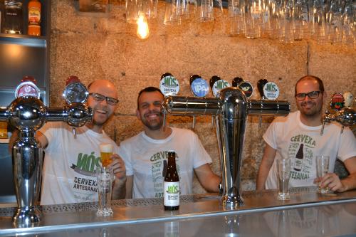 ©Foto Tresyuno Comunicación Faneco, Xulio e Raúl na cervexería Nós no Casco Vello