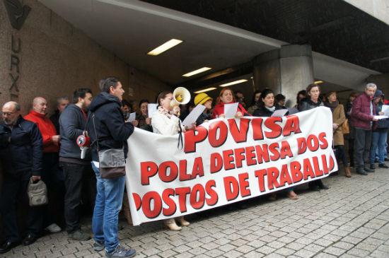Trabajadores de Povisa, este lunes delante del hospital