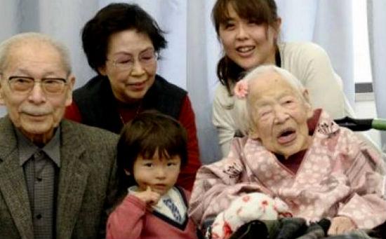 Misao recibió la felicitación de  uno de sus hijos que tiene 92 años