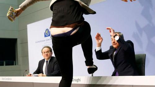 Activista y Draghi con gesto de pánico
