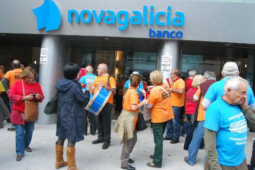 Afectados por las Preferentes delante de Novagalicia Banco (archivo)/Tresyuno Comunicación