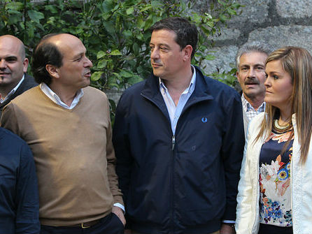 El candidato, Eduardo Reguera, junto al secretario xeral dos socialistas de Galicia, Xosé Ramón Gómez Besteiro