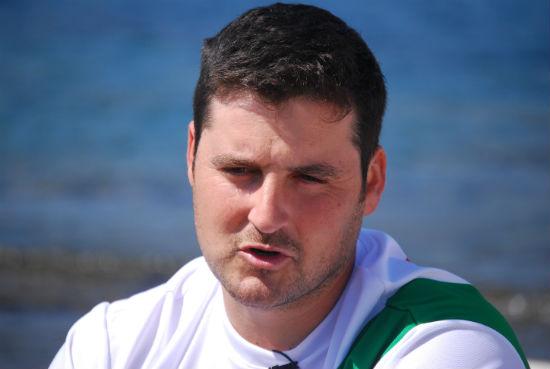 David Cal delante del Club de Mar Ría de Aldán, donde atendió a vigoalminuto/Tresyuno Comunicación
