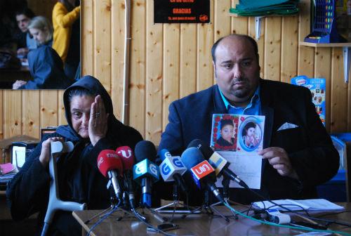 Dolores Montoya abuela de la joven y Sinaí Giménez este lunes en una rueda de prensa en Vigo/Tresyuno Comunicación