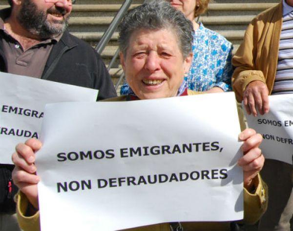 Esta concentración de emigrantes retornados delante de Hacienda, pasa a ser un delito/Tresuno Comunicación