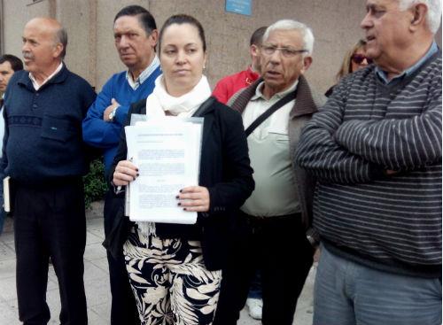 María Pérez, presidenta de la FAVEC, con la denuncia, este miércoles ante el juzgado/Tresyuno Comunicación