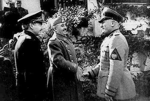 FRanco, también muy sonriente, con otro amigo suyo, el dictador fascista Benito Mussolini