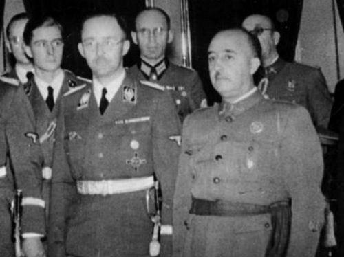 Franco junto al asesino Heinrich Himmler, jefe de las SS nazis y gestor de la matanza metódica y sistemática de millones de judíos, polacos, gitanos, homosexuales, comunistas, testigos de Jehová y enfermos mentales, entre otros