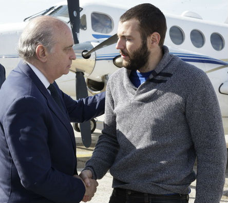Juan Bolívar a su llegada a España, con el ministro del Interior