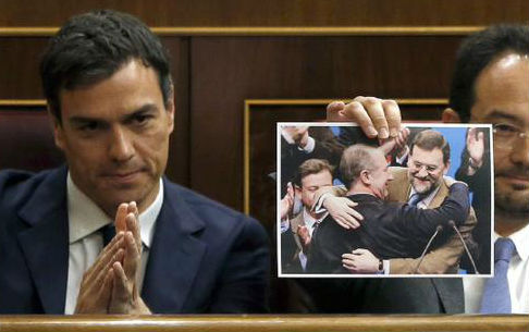 El secretario general del PSOE aplaude que uno de sus diputados enseñe una foto de Rajoy abrazando a Rato, este miércoles en el Pleno del Congreso