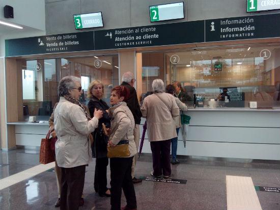 Personas en la taquilla de la Estación de Urzáiz/Tresyuno Comunicación
